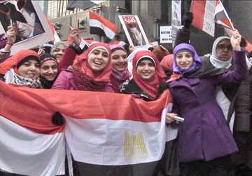 Women hold the Egyptian flag to show solidarity with the people of Egypt. Photo: Labor Beat.