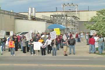 Autoworkers rally at Kenosha engine plant gate