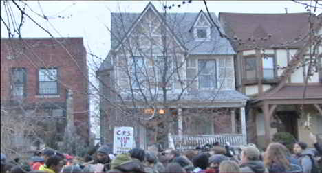 Lakeview HS protest march pauses at Mayor Emanuel house. Photo: Labor Beat.